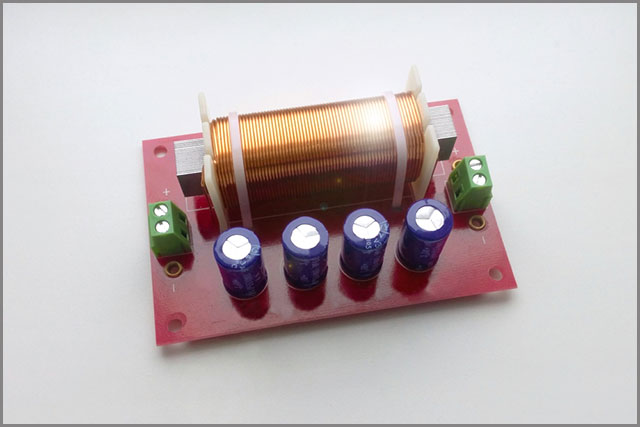 A capacitor set up in a hybrid low-pass-high-pass filter