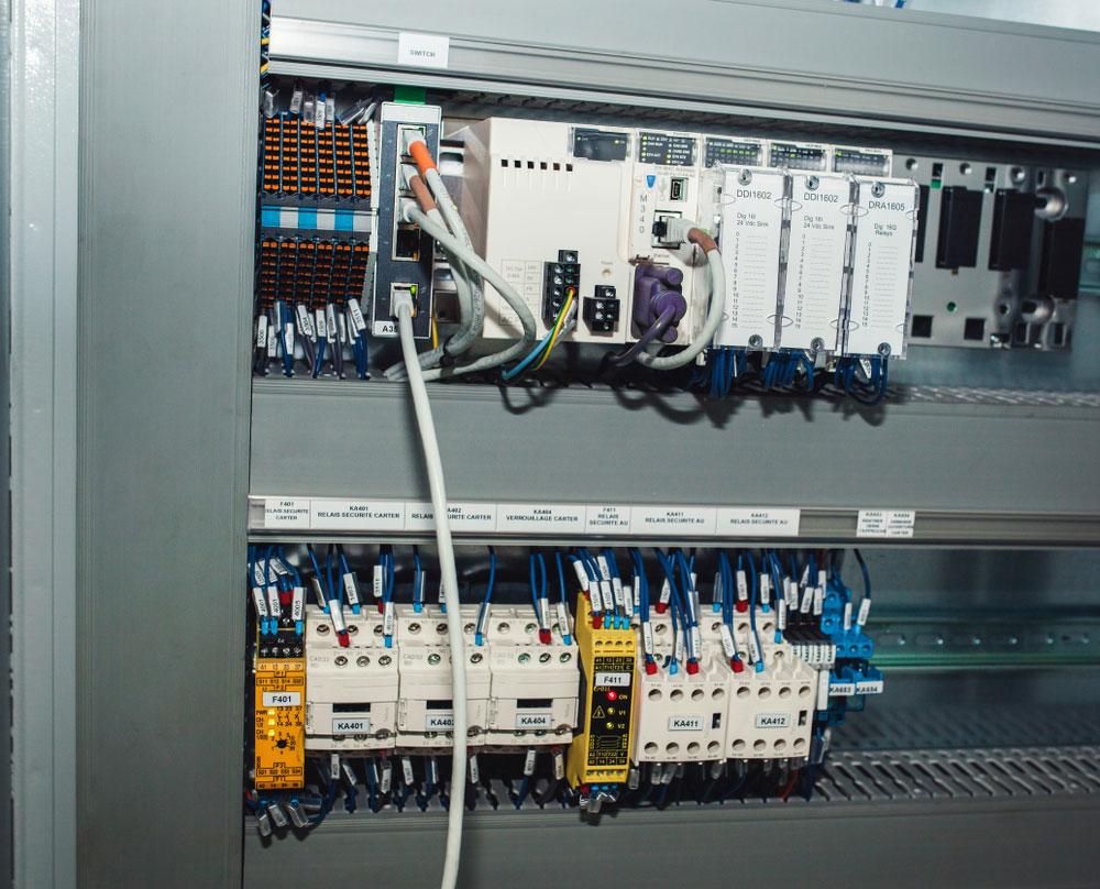 Relays, circuit-breakers, motor protections, and controllers extension modules